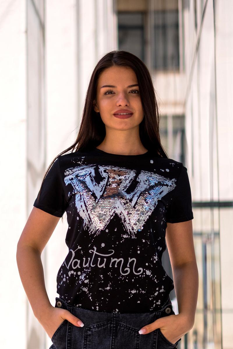 """Черна тениска с пайети \""""W\"""" с втален дизайн"""